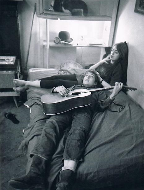 This photo has a lot of grain, a feeling of intimacy, and Bob Dylan. Cool photo in anyone's book. Bob Dylan and Suze Rotolo at their Greenwich Village apartment, January 1962 Bob Dylan, Parejas Goals Tumblr, The Love Club, Beat Generation, Robert Doisneau, Photo Couple, Beatnik, Greenwich Village, Hopeless Romantic