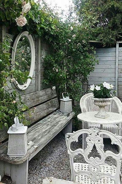 Vintage Garden Decor, Diy Garden Decor, Garden Decorations, Shabby Chic Garden, Small Vintage Garden Ideas, Cute Garden Ideas, Shabby Chic Porch, Vintage Gardening, Rustic Gardens