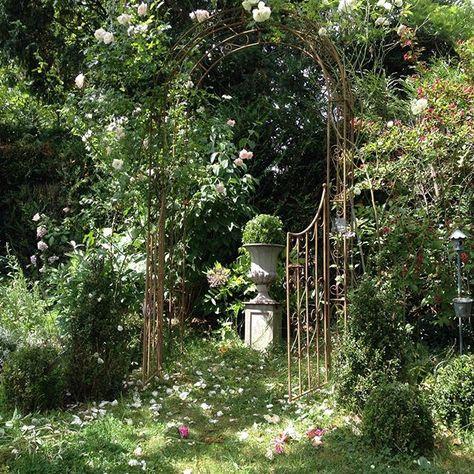 Entrez Entrez Au Petit Paradis En Passant Par Cette Arche Fleurie Un Rosier New Dawn Rejoint Un Rosier Fee Des Ne Arche Jardin Photo Jardin Terrasse Jardin