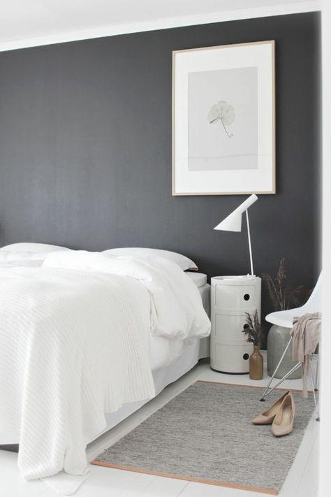 schlafzimmer weiße bettwäsche graue wand bild