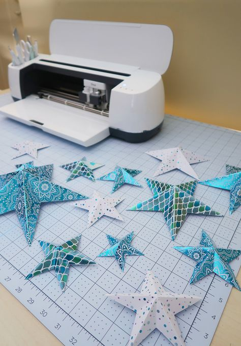 How to make paper stars with the Cricut Maker. Fun Birthday deccorations Crafts How to make paper stars with the Cricut Maker - Weekend Craft 3d Paper Star, Paper Stars, 3d Cuts, Creative Crafts, Diy Crafts, Preschool Crafts, Stick Crafts, Cork Crafts, Wooden Crafts