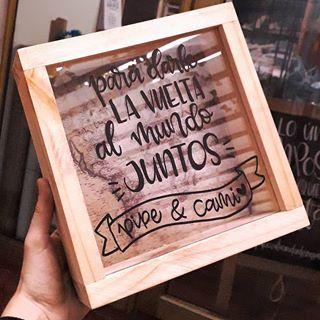 """""""Para darle la vuelta al mundo JUNTOS!"""" Tenemos alcancias de madera y vidrio personalizadas con tu frase favorita o nombre!! 💛🌍 . @paloozatiendaderegalos 📲 3178194158 . #alcancias #cucuta #regalos #alcanciaspersonalizadas"""