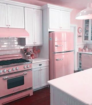Kitchen Decor Ideas 33 Awesome Retro Kitchen Design Ideas Beautify Your Garden With A Bridge A good Cocina Shabby Chic, Shabby Chic Farmhouse, Shabby Chic Pink, Shabby Chic Decor, Deco Retro, Style Deco, Ranch Style Homes, Pink Houses, Vintage Kitchen