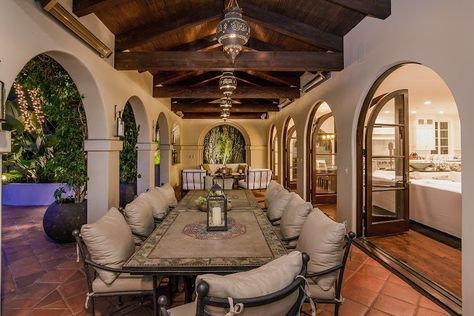 Curves and arches - Spanish style architecture Style Architectural Spanish Style Architectural Elements Mexican Style Homes, Hacienda Style Homes, Mediterranean Style Homes, Spanish Style Homes, Spanish Hacienda Homes, Spanish House Design, Spanish Style Interiors, Spanish Mansion, Spanish Revival Home