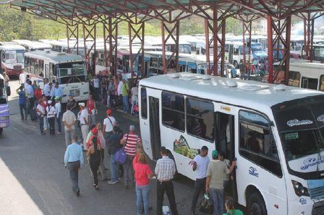 ¡INSÓLITO! Desnudaron y robaron a mujeres en autobús que cubría la ruta Charallave-Ocumare - http://wp.me/p7GFvM-Bl3