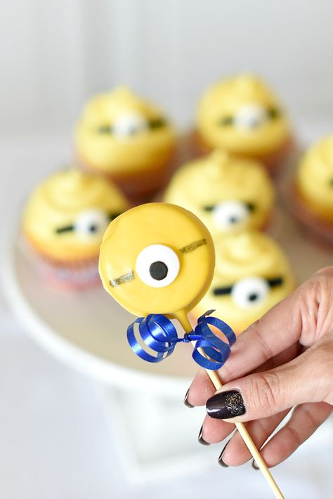 You can't avoid Minions. These are some of the most simple Minion Treats and they're all so easy to make for a birthday party or snack! Minion Party Food, Minion Party Decorations, Minion Treats, Minion Theme, Bolo Minion, Minion Cupcakes, Hulk Birthday, Birthday Fun, Minion Birthday Parties