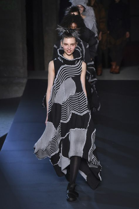 Issey Miyake Fall 2018 Ready-to-Wear collection, runway looks, beauty, models, and reviews.