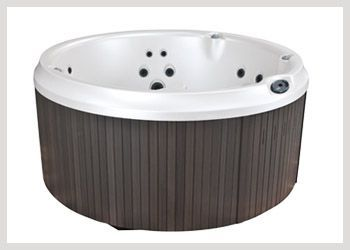 Jacuzzi J210 Versatile Round Hot Tubs Are Popular With Today S Owners The Jacuzzi J 210 Round Spa Retains The Tra Round Hot Tub Jacuzzi Hot Tub Tubs For Sale