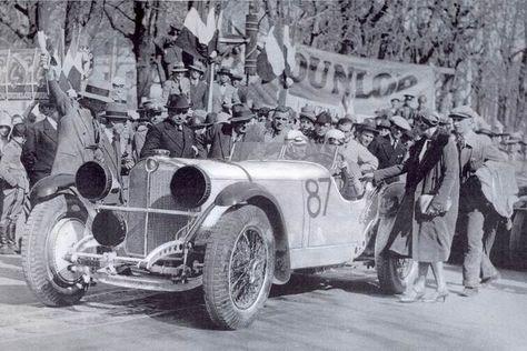 Rudolf Caracciola e Wilhelm Sebastian sulla Mercedes Benz SSKL al via della 1000 Miglia. A salutare il pilota tedesco, la moglie Charly.