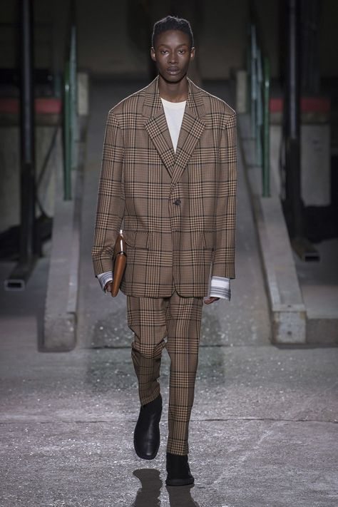 Dries Van Noten Fall 2018 Menswear collection, runway looks, beauty, models, and reviews.