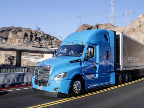 Daimler Ships Out First Electric Freightliner Semi Truck Freightliner Freightliner Cascadia Trucks