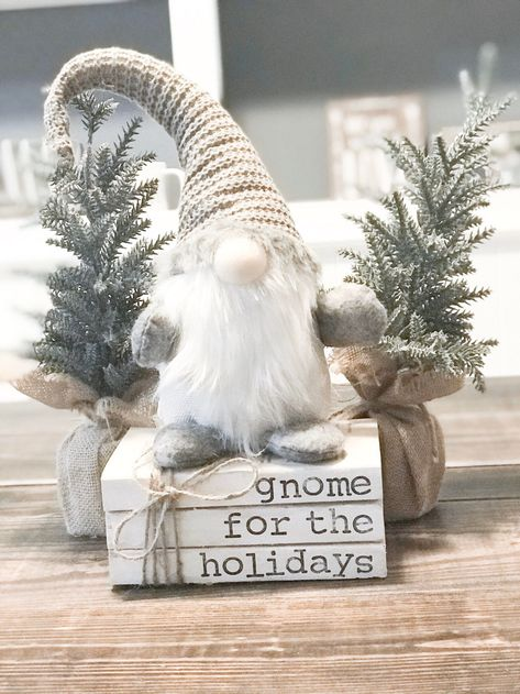 Merry Christmas Happy Holidays, Prim Christmas, Antique Christmas, Christmas Signs, Stone Gable Christmas, Simple Christmas, Cute Christmas Decorations, Christmas Themes, Christmas Displays