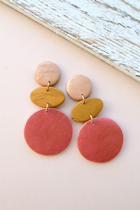Lovely abstract earrings made out of polymer clay. Diy Clay Earrings, Pink Earrings, Earrings Handmade, Polymer Clay Beads, Polymer Clay Crafts, Polymer Clay Ornaments, Polymer Clay Christmas, Polymer Clay Flowers, Polymer Clay Necklace