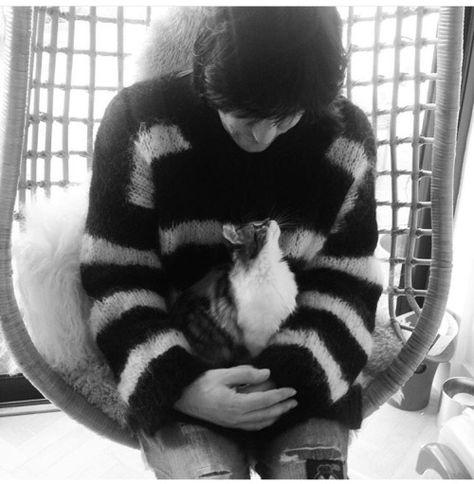 Noel Fielding with a cat.