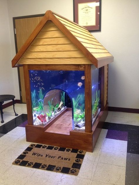 2 in 1 Fish tank/Dog house Not sure if you want to get a pet fish or dog? No Need to contemplate anymore, because someone has invented a 2 in 1 fish tank/dog house. Let your pets get to know one another by letting them live side by side in this ridiculou Aquarium Setup, Aquarium Design, Aquarium Fish, Aquarium Ideas, Aquarium House, Aquarium Original, Conception Aquarium, Cool Fish Tanks, Amazing Fish Tanks