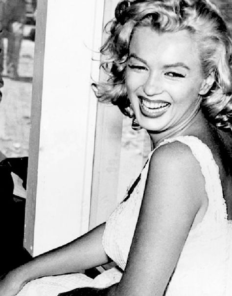 Marilyn Monroe at the Rockefeller Center for a ceremony to begin the new Time Life building's construction, July Rockefeller Center, Hollywood Glamour, Old Hollywood, The Most Beautiful Girl, Beautiful People, Beautiful Women, Stars D'hollywood, Gentlemen Prefer Blondes, Marilyn Monroe Photos