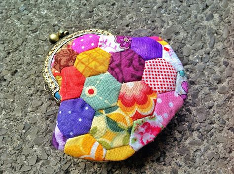 A couple of tutorials back I made a very simple coin purse. This time the coin purse is a bit more involved but it's still an easy purse to make. Materials Scrap fabric for hexies and lining...