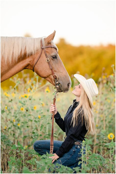 "Olivia Hodnett - Class 2019 - with her barrel racing mare ""Roanhorse Ri . - Olivia Hodnett – Class 2019 – with her barrel racing mare ""Roanhorse Ri … – - Horse Girl Photography, Western Photography, Photography Senior Pictures, Equine Photography, Animal Photography, Photography Poses, Country Girl Photography, Photography Studios, Photography Marketing"