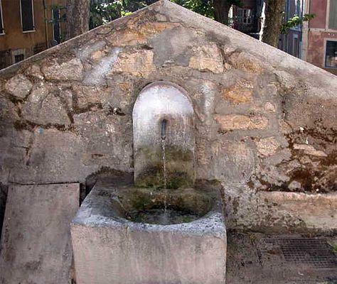 Fontaine des Martyrs ~ Barjols. | Fontaine à eau, Fontaine ...