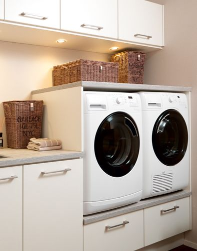 Nieuw In deze lichte, opgeruimde bijkeuken zijn wasmachine en droger PK-71