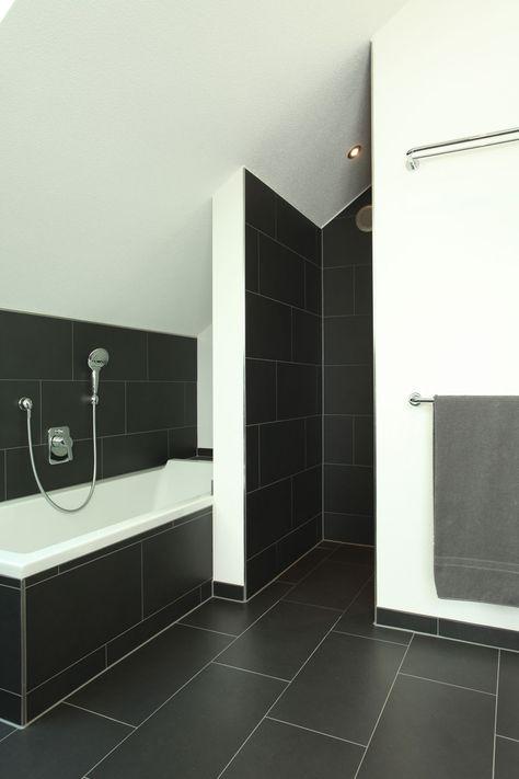 Duschnische und Badewanne mit dunklen Fliesen | Bad ...