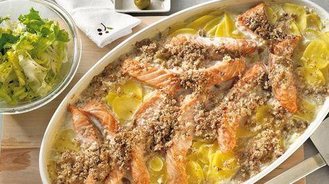 Hier haben wir ein Fischgericht für euch, das sich herrlich unkompliziert zubereiten lässt: Lachs-Kartoffel-Gratin mit Olivenkruste.