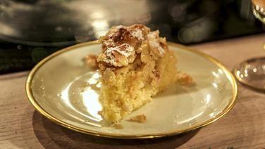 Ein Stuck Kuchen Auf Einem Teller Mit Goldrand Rezepte Backrezepte Dessert Ideen