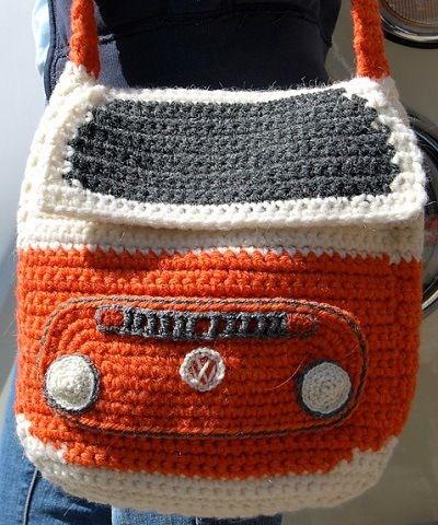 Crocheted Bay Campervan Shoulder Bag, de Tracy Harrison (SnuginaDub). http://www.ravelry.com/patterns/library/crocheted-bay-campervan-shoulder-bag