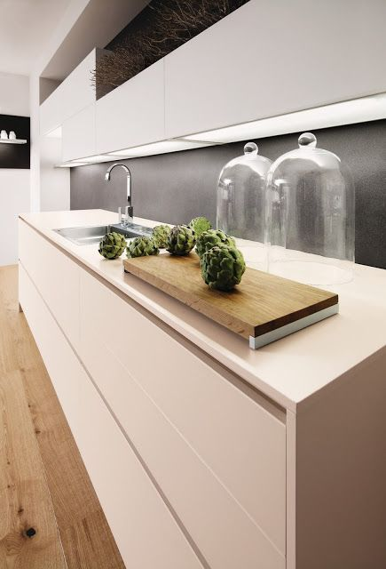 Cuisine Design Avec Eclairage Sous Meubles Hauts Cuisine Sans Poignees Kitchen Deco Cuisines Design Cuisine Moderne Amenagement Cuisine