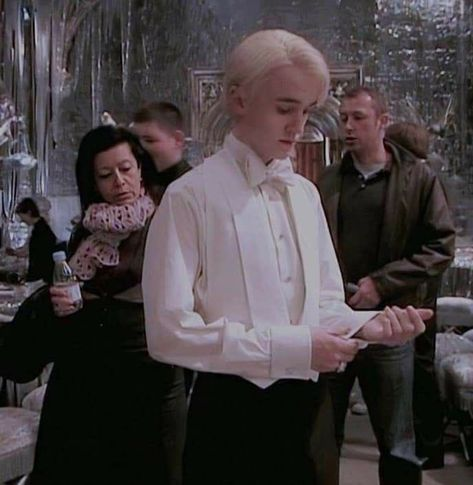 """you're telling me draco wore THIS to the yule ball and he didn't get ONE scene? Draco Harry Potter, Estilo Harry Potter, Harry Potter Icons, Mundo Harry Potter, Harry Potter Characters, Fictional Characters, Draco Malfoy Aesthetic, Slytherin Aesthetic, Hogwarts"
