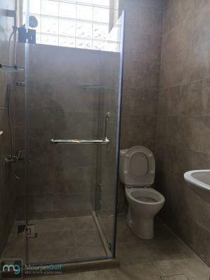 للإيجار دور ثاني مع مصعد ومدخل خاص كبير بالسلام جديد لم يسكن تشطيب فخم عبارة عن 3 غرف نوم منهم 2 ماستر 1 كبيرة جدا 8 6 وغرفتين 4 4 وصالة كبيرة Bathroom Toilet