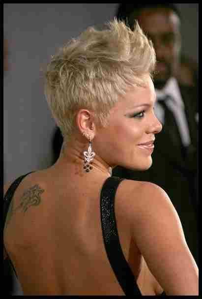 More Pics Of Pink Fauxhawk Hair Pinterest Short Hair Styles Styles And More Inte Haarschnitt Kurze Haare Schone Frisuren Kurze Haare Haarschnitt Kurz