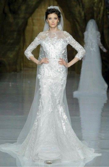 Abiti da sposa Elie Saab collezione 2014: in questo modello la forma a sirena fascia tutto il corpo e i decori floreali applicati rendono l'insieme prezioso e romantico.