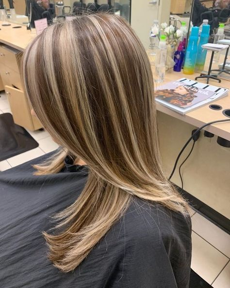 Dark Brown Hair With Blonde Highlights, Chunky Highlights, Brown Hair Balayage, Short Brown Hair, Brown Blonde Hair, Hair Color Highlights, Light Brown Hair, Caramel Highlights, Short Hair Styles