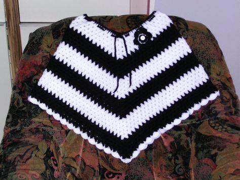 Ponchos Enfant Fait Au Crochet Blanc Et Noir Decorer D Une Fleur