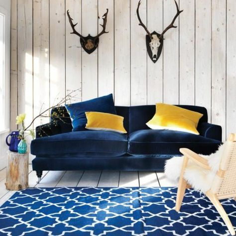 1001 Idees Creer Une Deco En Bleu Et Jaune Conviviale Decoration Salon Bleu Canape Bleu Marine Deco Canape Bleu Marine
