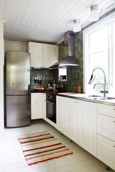 Small Summer Cottage In Sweden 79 Ideas Small Kitchen Layouts Home Kitchens Kitchen Inspirations