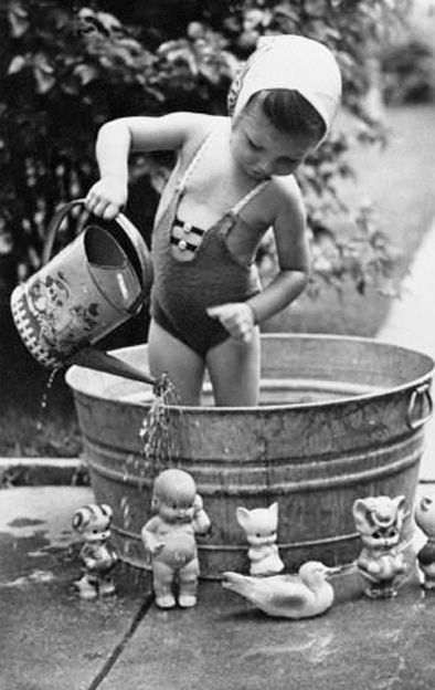 Le jeu est le métier de l'enfant. / Plaisirs d'été. / Bath time. / Vintage photo.