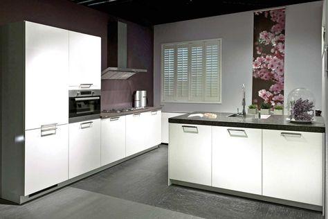 een moderne keuken met een keukeneiland. | db keukens | keukenindeling