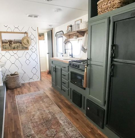 RV Kitchen Makeovers that will inspire you to remodel your camper. Rv Kitchen Remodel, Camper Kitchen, Camper Makeover, Camper Renovation, Remodeled Campers, Rv Living, Tiny House Living, Designer, Vintage Campers