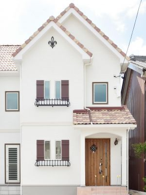 南欧風のかわいい住宅外観実例 色を混ぜて葺いた瓦屋根 窓飾りや