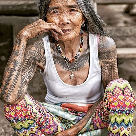 From My Modern Met At 102 years old, Whang-Od Oggay (who also goes by Whang-od or Maria Oggay) is helping to keep an ancient tradition aliv. Tattoo Life, I Tattoo, Old Lady Tattoo, Cultura Filipina, Body Art Tattoos, Tatoos, Full Body Tattoo, Filipino Tribal Tattoos, Filipino Culture