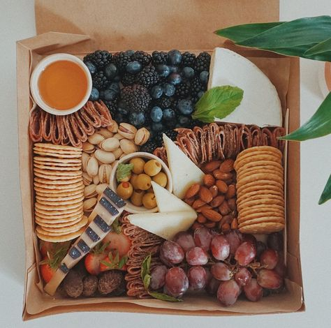 Charcuterie Gift Box, Charcuterie Recipes, Charcuterie And Cheese Board, Charcuterie Platter, Cheese Boards, Graze Box, Catering Display, Catering Food, Meat Fruit