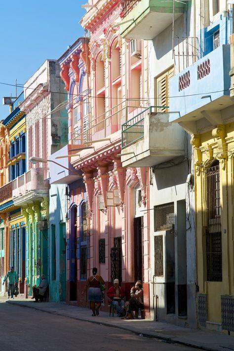 La Havana, Cuba avec ses mur peint de toute les couleurs ont se raconte la vie ,assis sur une chaise ,le temps prend son temps !