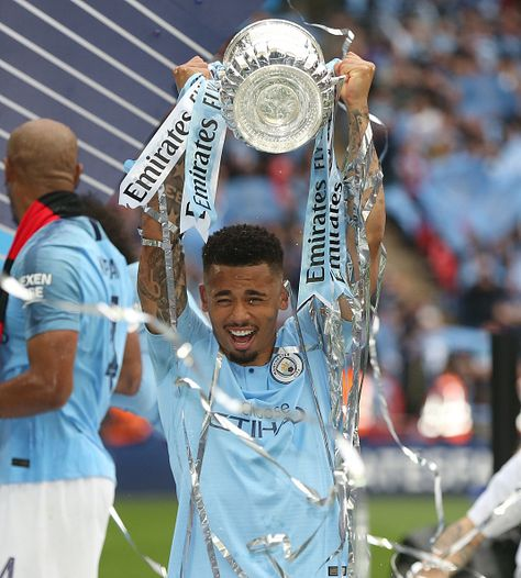 Manchester City's Gabriel Jesus with the FA Cup during the FA Cup Final match between Manchester City and Watford at Wembley Stadium on May 18, 2019 in London, England. Obtenha fotografias de notícias premium e de alta resolução na Getty Images