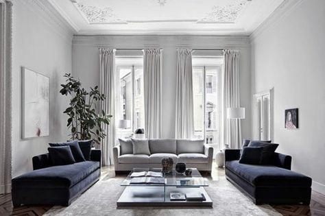 Salon Tres Charmant Et Spacieux Canapes Couleur Bleu Marine Sensation De  Grandeur Deco Salon Blanc Avec Des Touches De Gris Et De Bleu