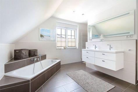 Badezimmer elegant mit Dachschräge, Eckbadewanne & Fliesen ...