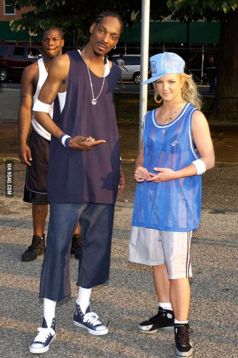 Britney Spears Snoop Dogg on the Outrageous music video shoot. Mode Hip Hop, 90s Hip Hop, Snoop Dogg, Hip Hop Fashion, 90s Fashion, Beyonce Et Jay Z, Estilo Hip Hop, Beste Jeans, Early 2000s Fashion