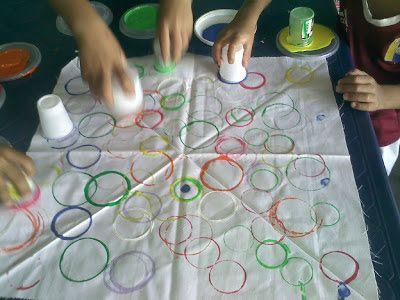 Pintar con vasos  es una actividad para trabajar  la coordinación visomanual,  fortalecer los músculos de la mano y el pulgar  mejorando su escritura, coincidencia de colores, lateralidad y el seguimiento de ordenes.