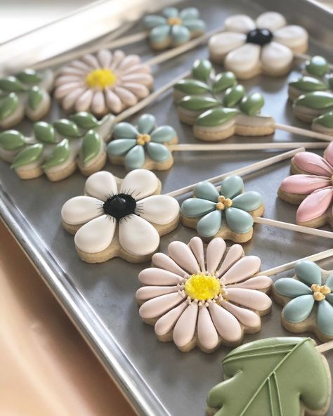 Ideas Cookies Decorated Flowers Biscuits For 2020 : Creative Vision Design Cookies Cupcake, Flower Sugar Cookies, Candy Corn Cookies, Leaf Cookies, Mother's Day Cookies, Summer Cookies, Fancy Cookies, Cut Out Cookies, Iced Cookies
